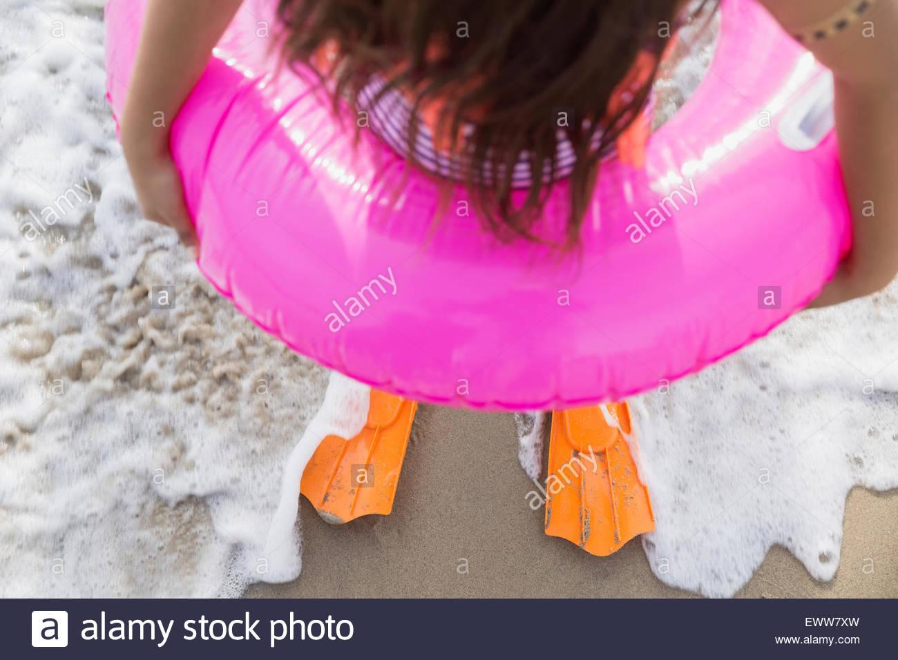 La ragazza di anello gonfiabile e pinne ocean surf Immagini Stock
