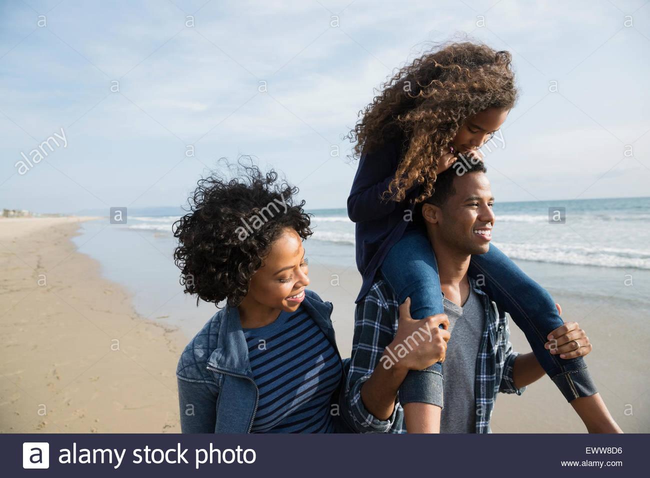 Famiglia passeggiate sulla spiaggia Sunny Beach Immagini Stock