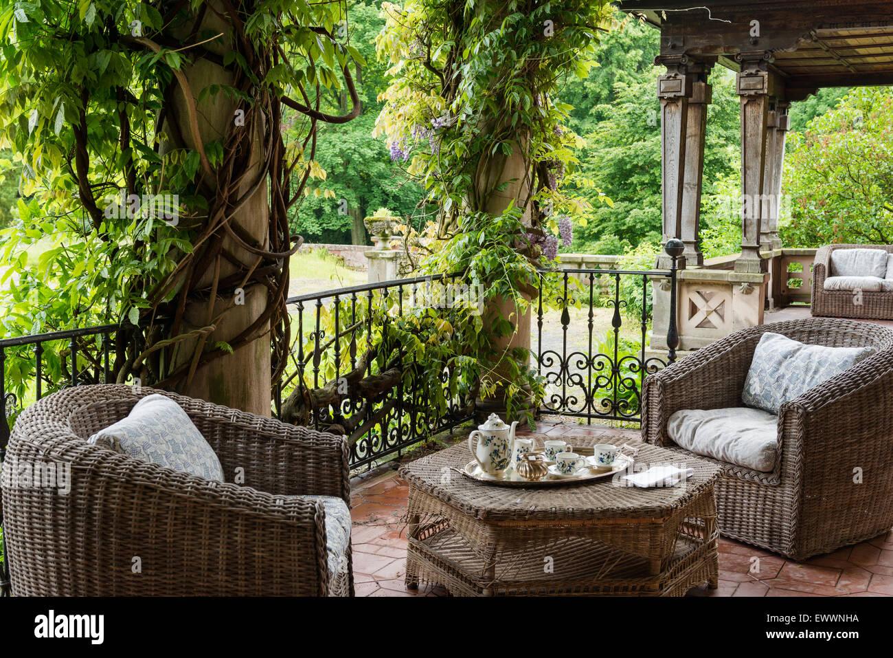 Vimini mobili da giardino sulla terrazza con il glicine for Mobili da giardino in ferro antichi