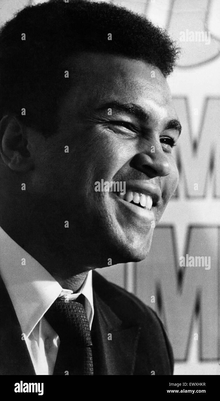 Muhammad Ali visiti la co-op e la stazione ferroviaria Birmingham New Street durante il suo tour promozionale per Immagini Stock