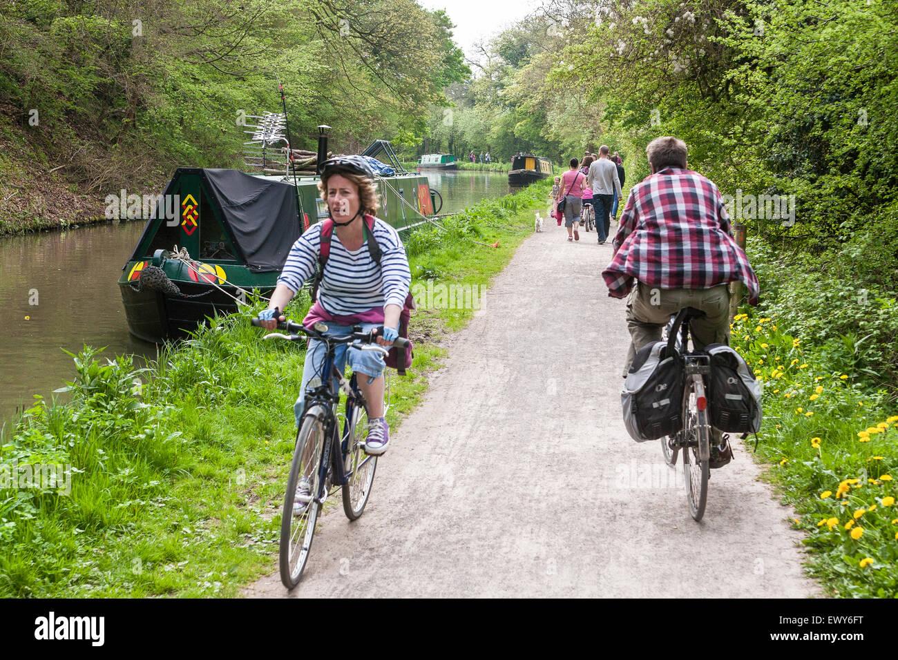 Vasca Da Bagno E Ciclo : I ciclisti escursioni in bicicletta lungo il canale passante