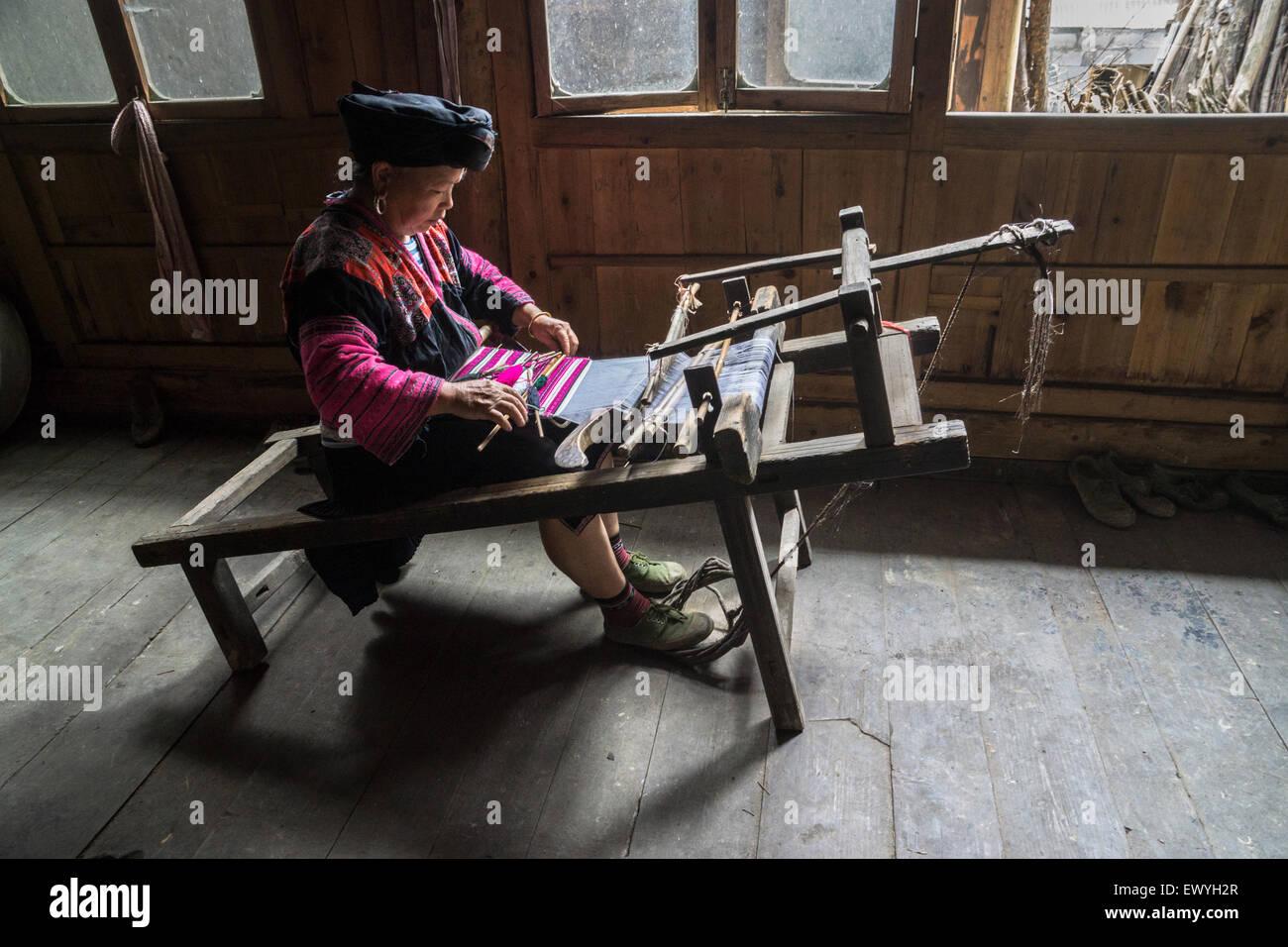 Donna cinese tessuto di tessitura, Guilin, Cina Immagini Stock