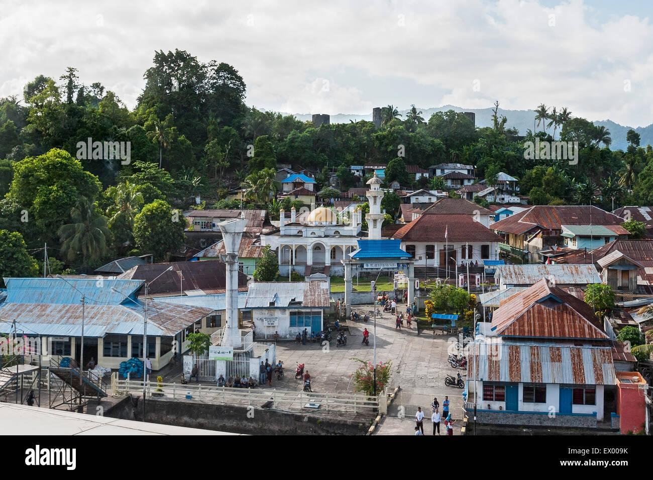 Bandaneira con moschea e Fort Belgica, Banda, Molucche, Indonesia Immagini Stock