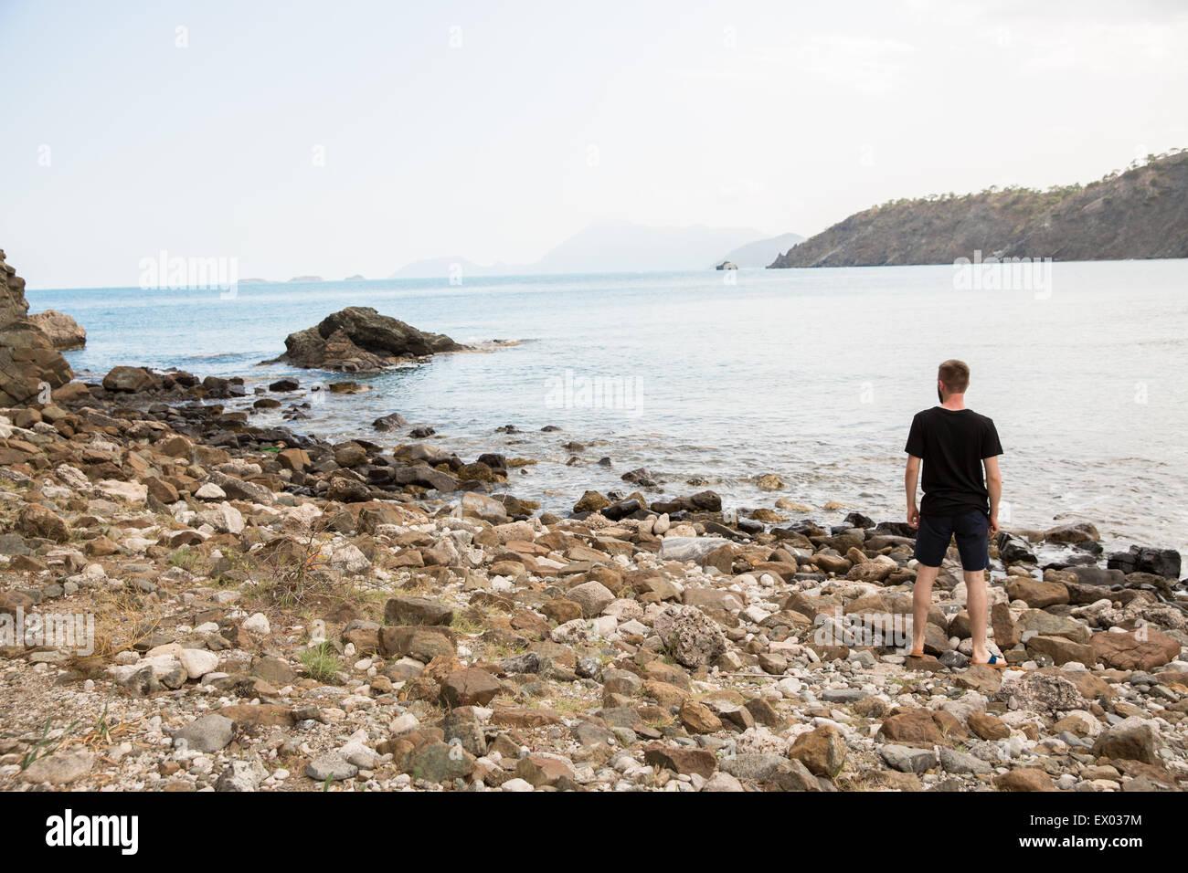 Uomo che guarda fuori dalla costa al Phaselis, Via Licia, Turchia Immagini Stock
