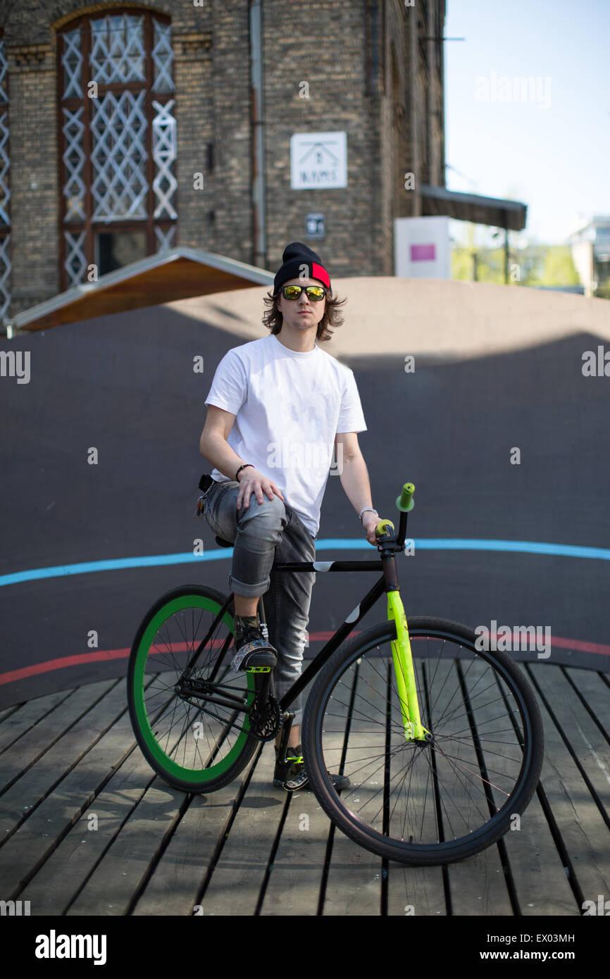 Ritratto del ciclista maschio al velodromo di città, Riga, Lettonia Immagini Stock