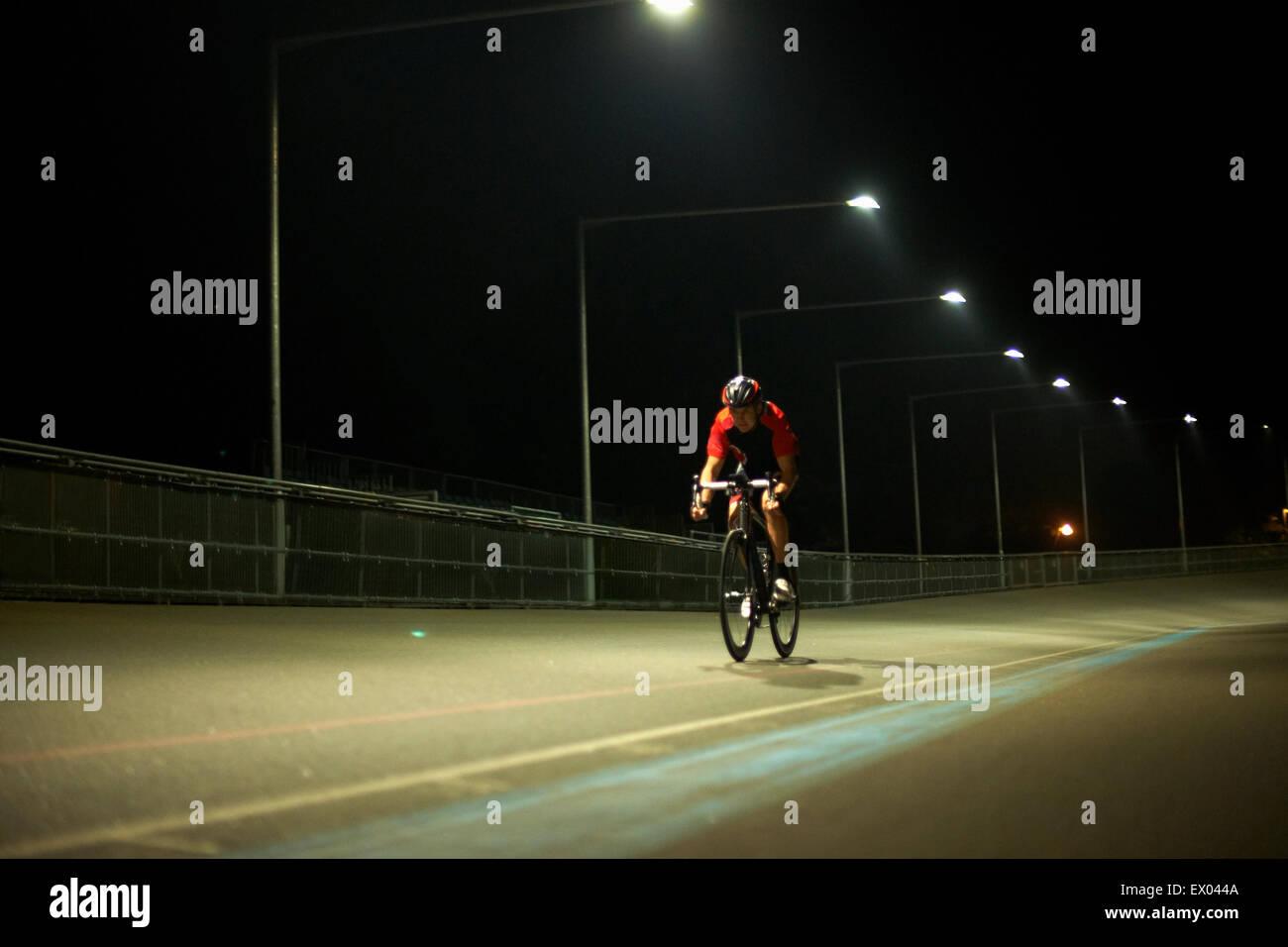 Ciclista ciclismo su pista al velodromo, all'aperto Immagini Stock