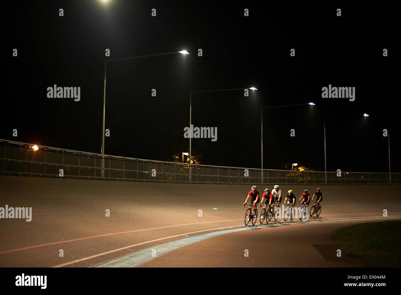 I ciclisti ciclismo su pista al velodromo, all'aperto Immagini Stock