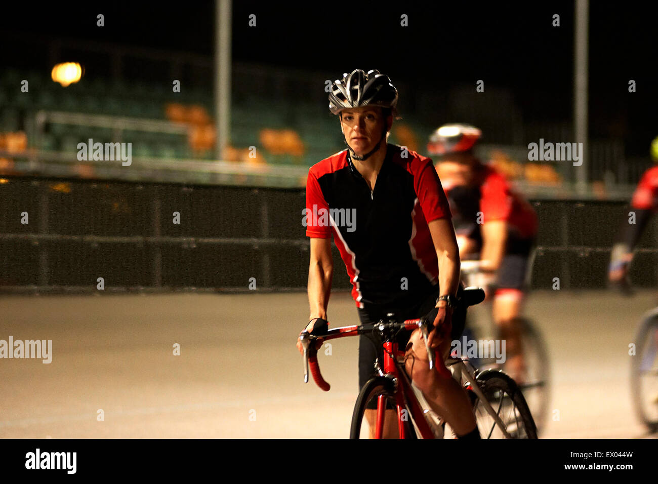 I ciclisti ciclismo su pista al velodromo Immagini Stock