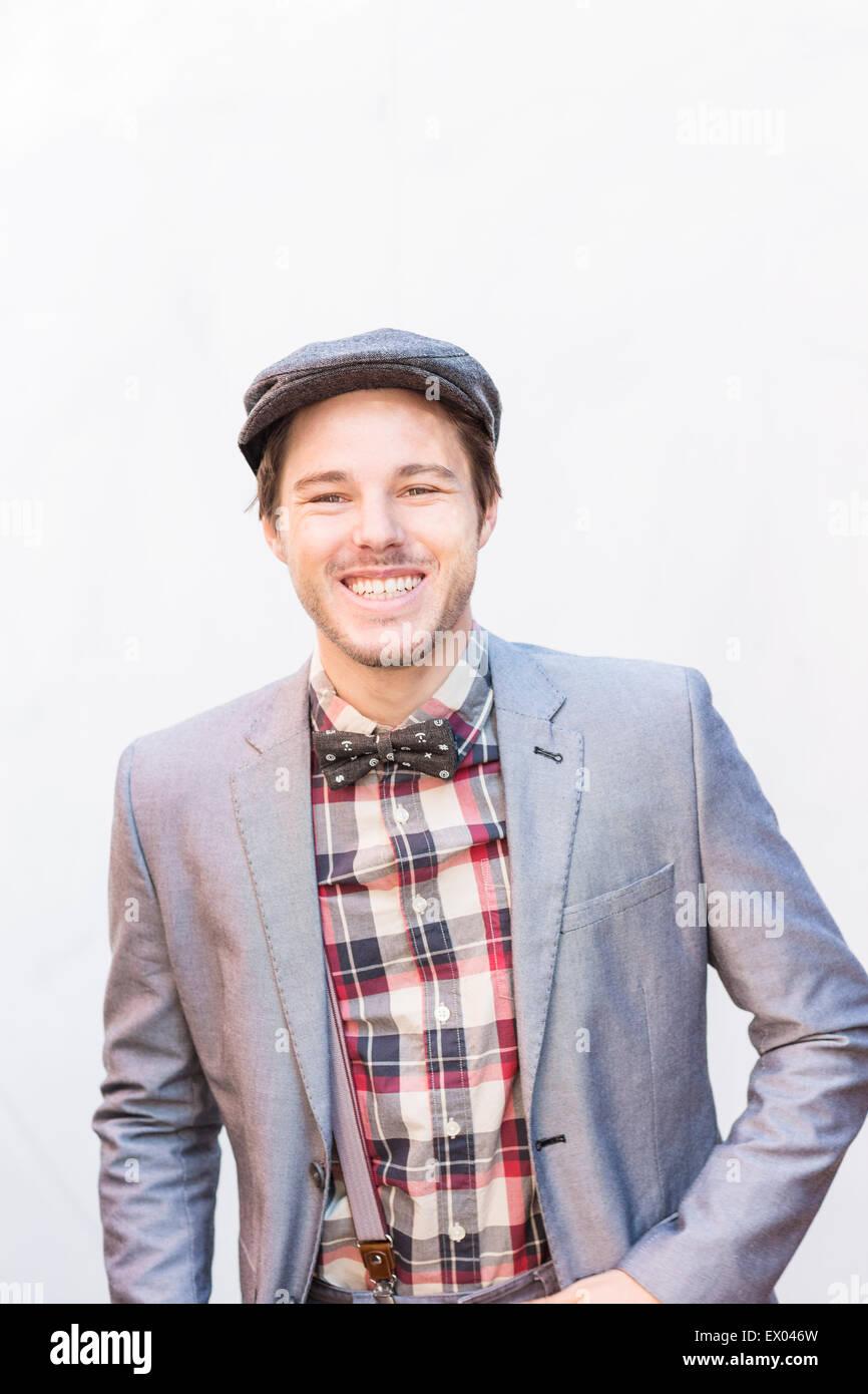 online retailer 5f408 06f90 Ritratto di giovane uomo indossare tuta argento giacca e ...