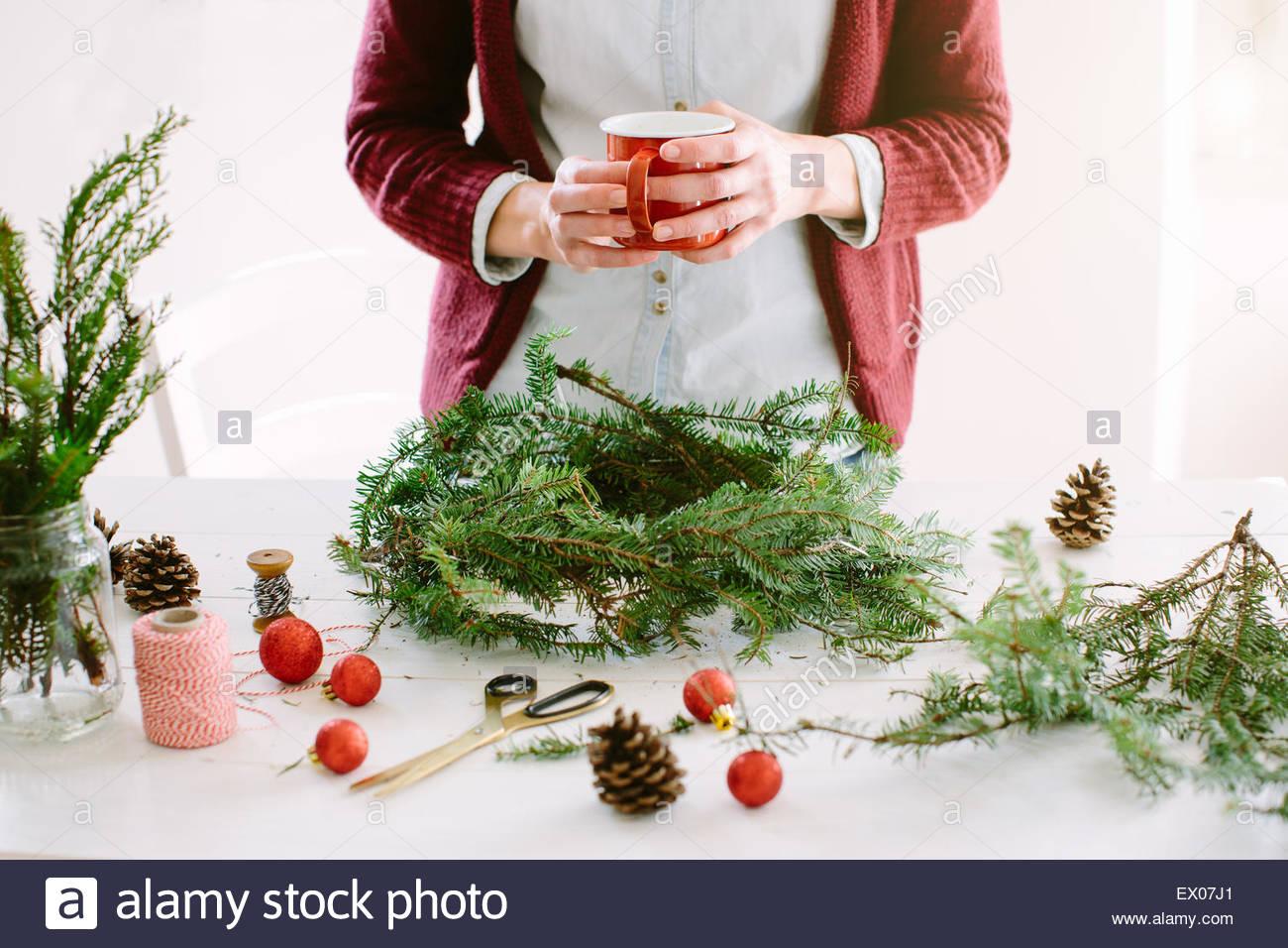 La donna la decorazione ghirlanda di Natale Immagini Stock