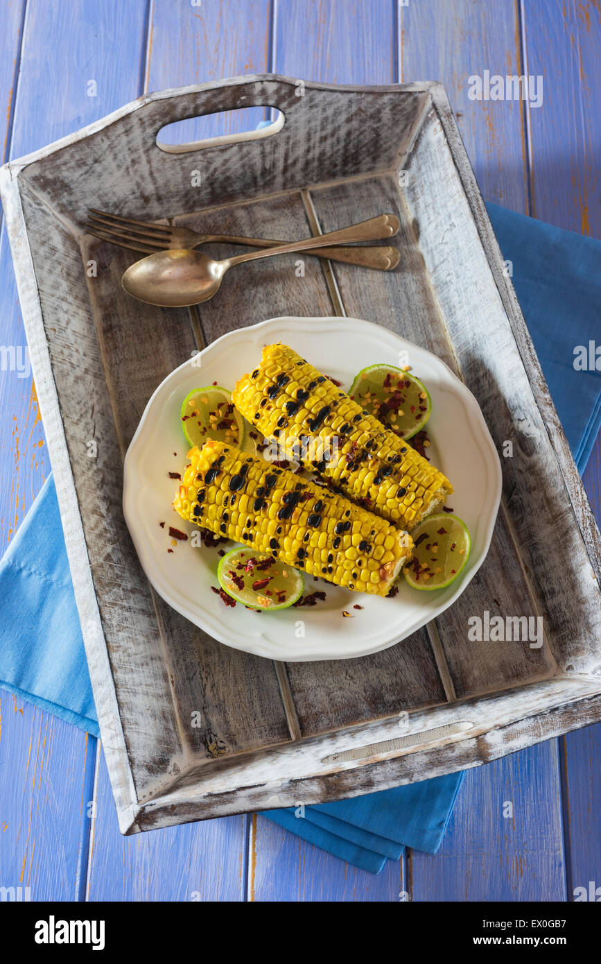 Grigliata di granturco dolce con lime e peperoncino in scaglie Immagini Stock
