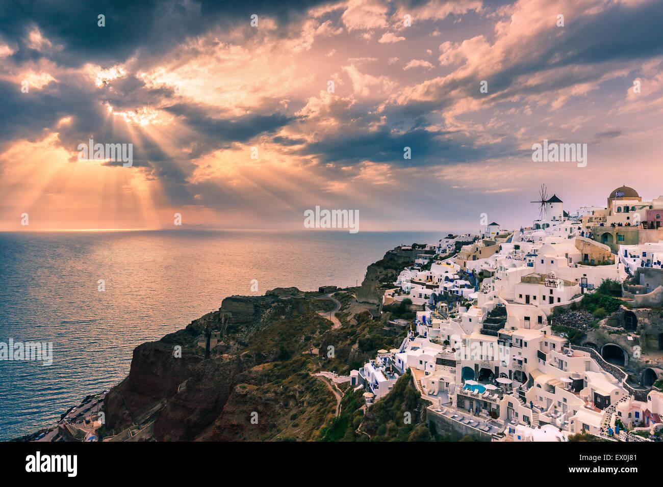 La cittadina di Oia durante il tramonto a Santorini, una delle isole Cicladi nel Mare Egeo, Grecia. Immagini Stock