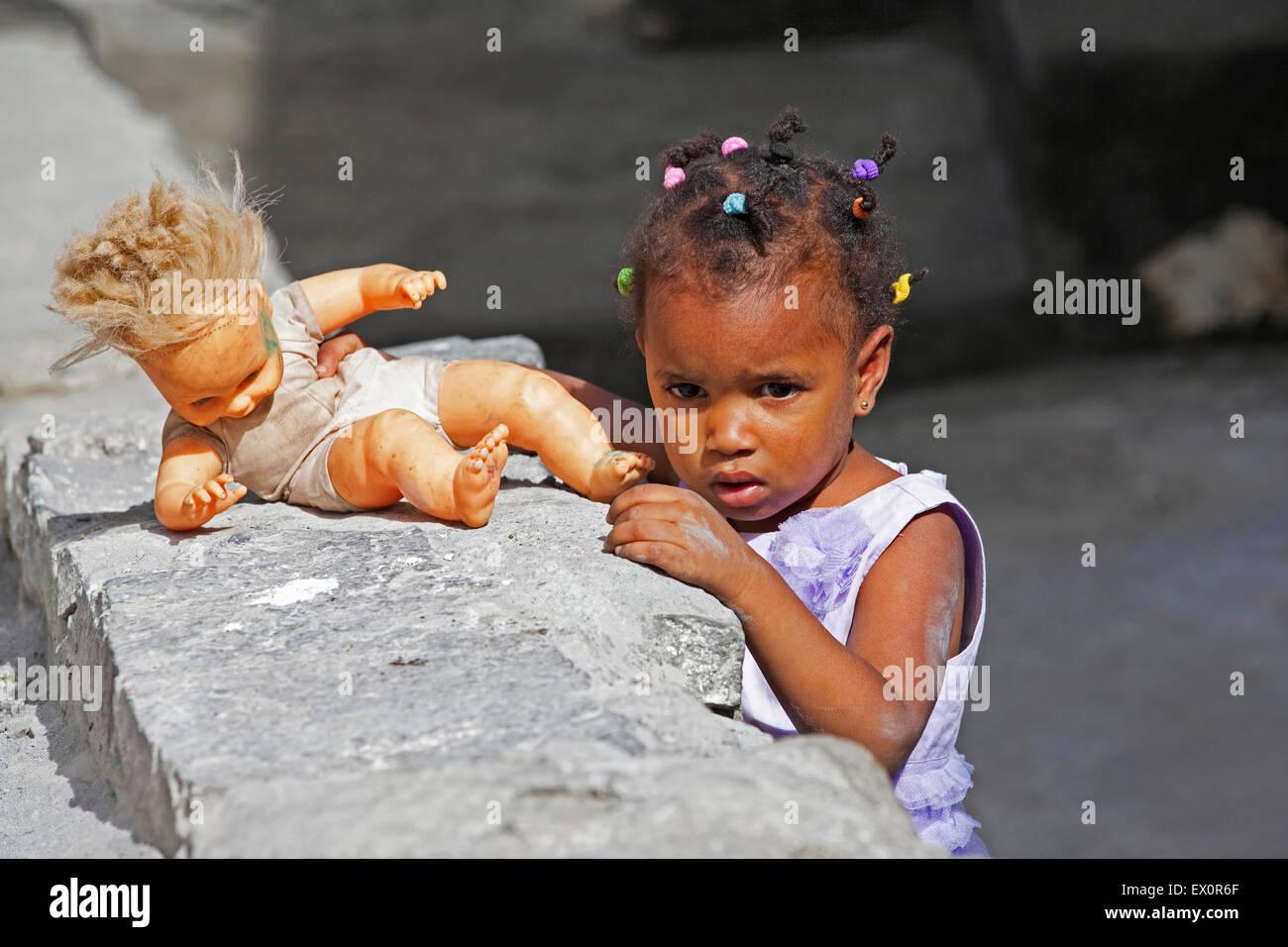 Il creolo ragazza con i capelli intrecciati a giocare con la bambola sull'isola di Santo Antão, Capo Verde Immagini Stock