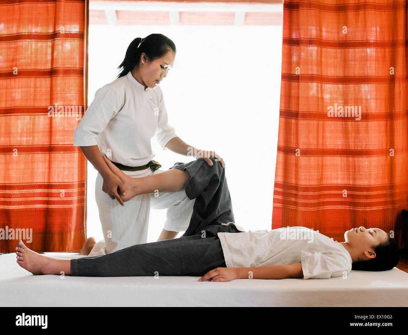 Sen Sip o il tradizionale Lao massaggio presso il centro termale di La Residence Phou Vao, Luang Prabang, Laos. Immagini Stock