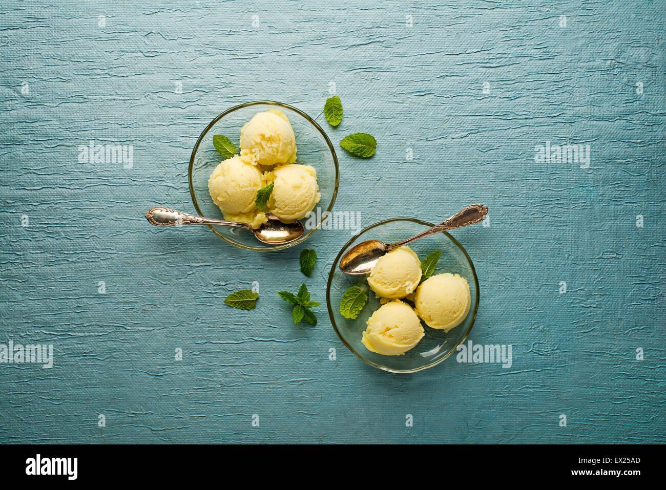 Frutta fresca sorbetto gelato in una lastra di vetro - riprese aeree. Immagini Stock
