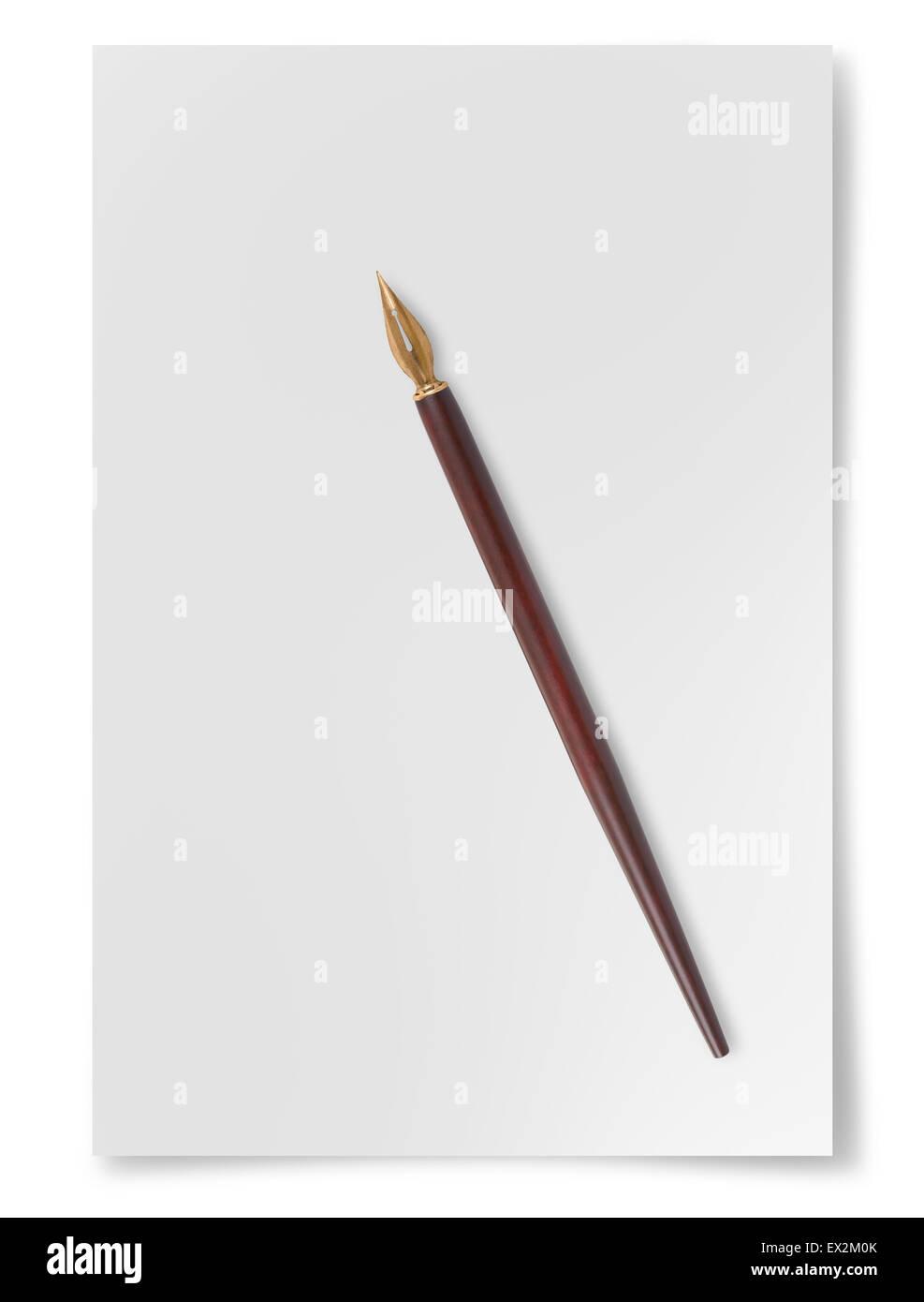 Foglio di carta con il pennino isolati su sfondo bianco Foto Stock