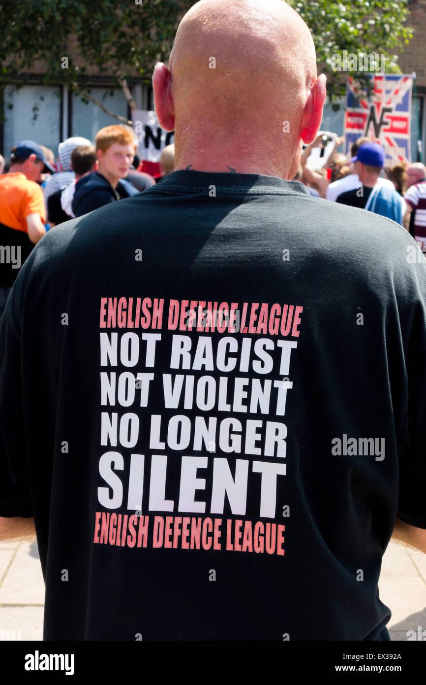 Un uomo bianco in un EDL rally con un Tee Shirt sottotitoli per la difesa inglese League non razzista non violenti Immagini Stock