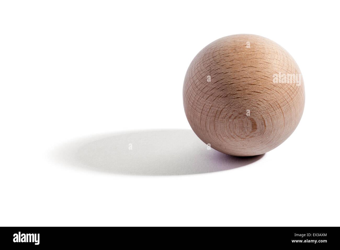 Pianura in legno naturale o sfera OB con grana di legno su uno sfondo bianco con ombra e spazio di copia Immagini Stock