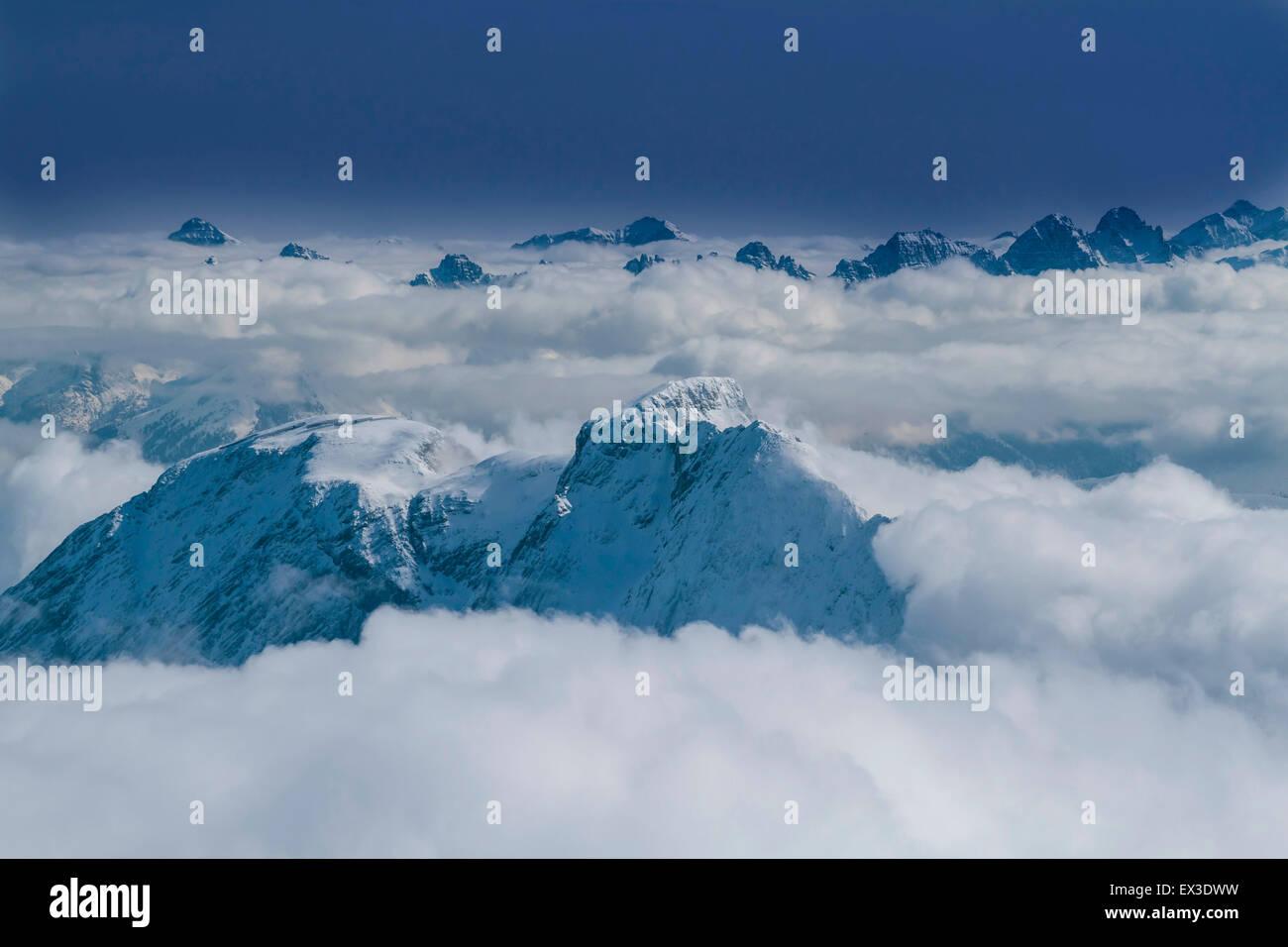 Vista delle cime innevate appartenenti al massiccio dello Zugspitze, Wetterstein, Baviera, Germania Immagini Stock