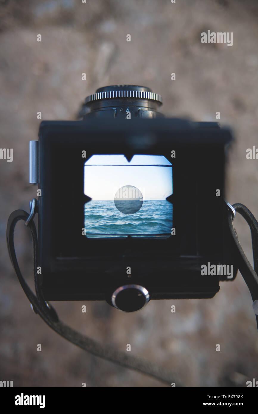Vecchia macchina fotografica e il mirino del mare Immagini Stock
