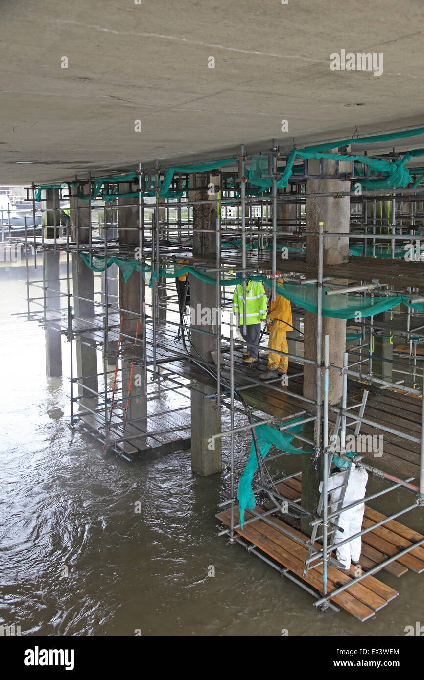 Gli appaltatori utilizzano calcestruzzo spruzzato per riparare la struttura di supporto al di sotto del Woolwich Immagini Stock