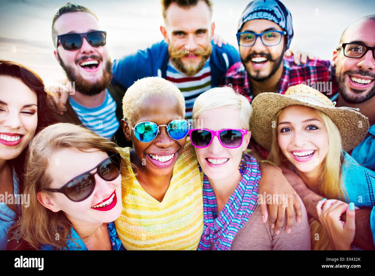 Amici Huddle allegro europea il concetto di estate Immagini Stock
