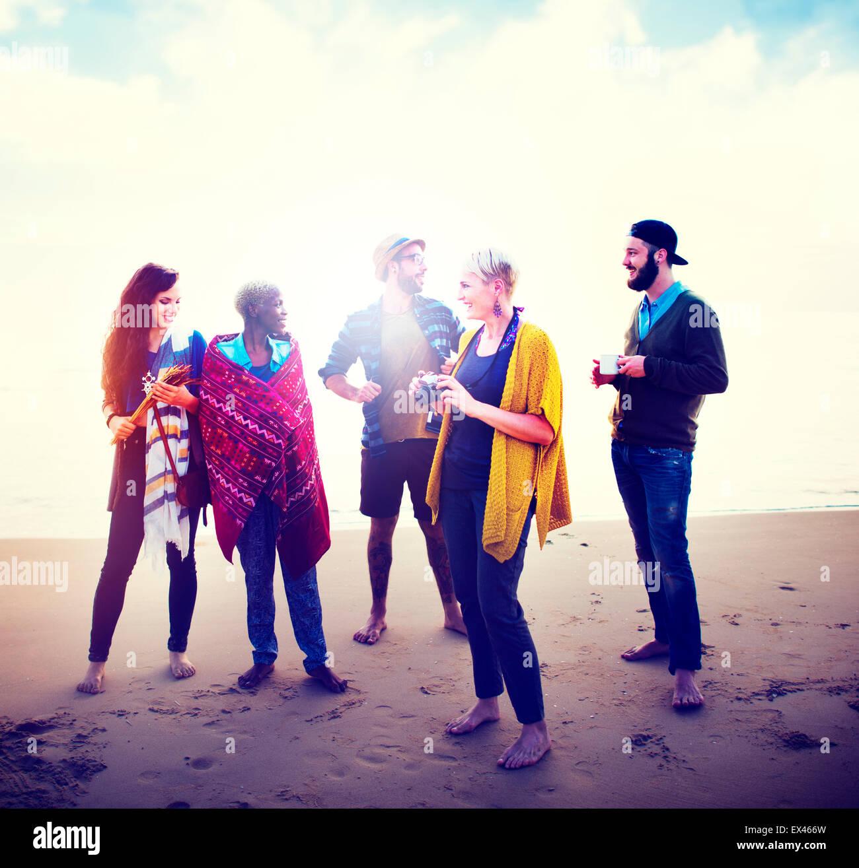 Amicizia Spiaggia Rilassante mattinata parlando Concept Immagini Stock