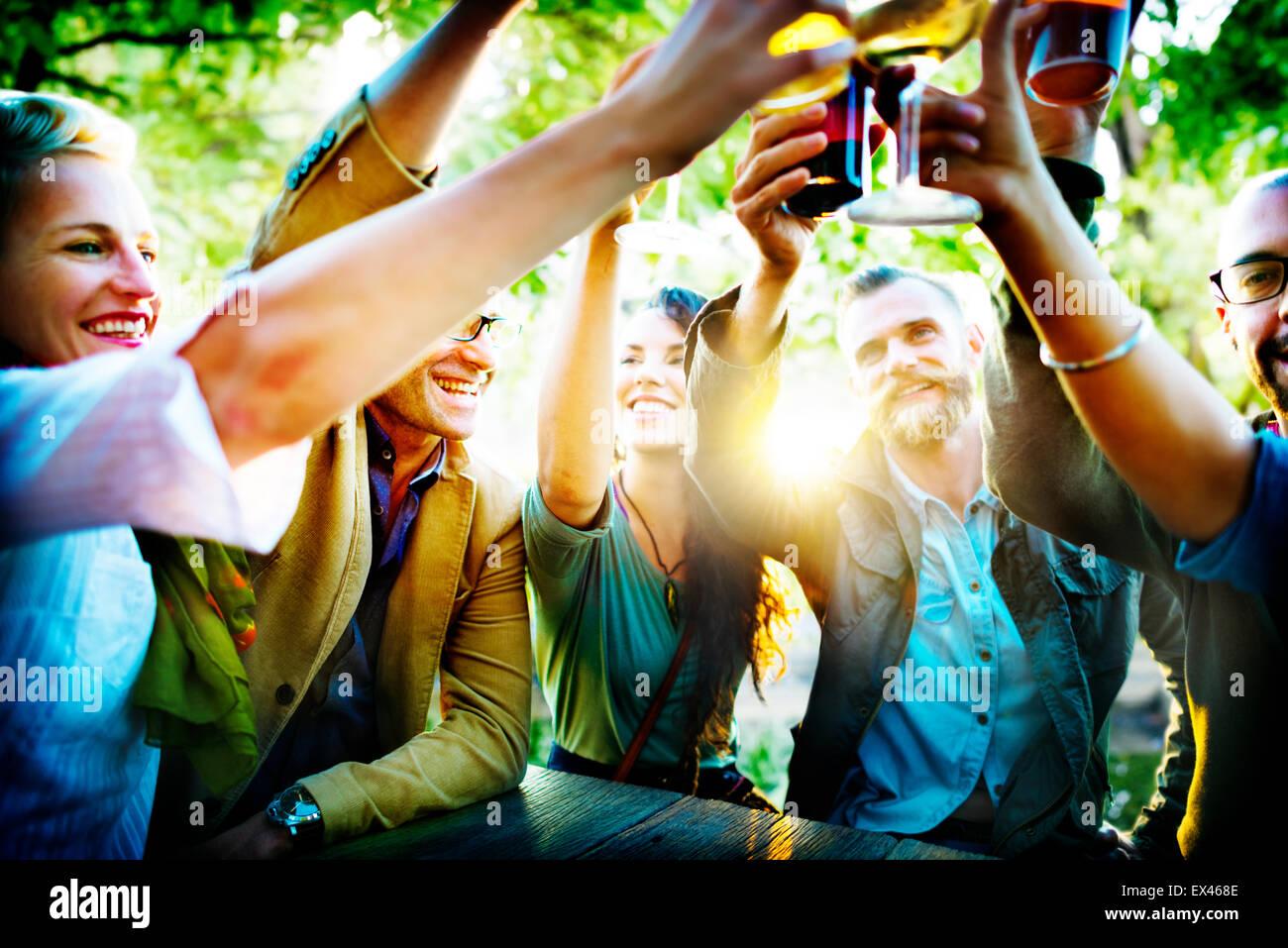 Gli amici di partito celebrazione all'aperto concetto di felicità Immagini Stock