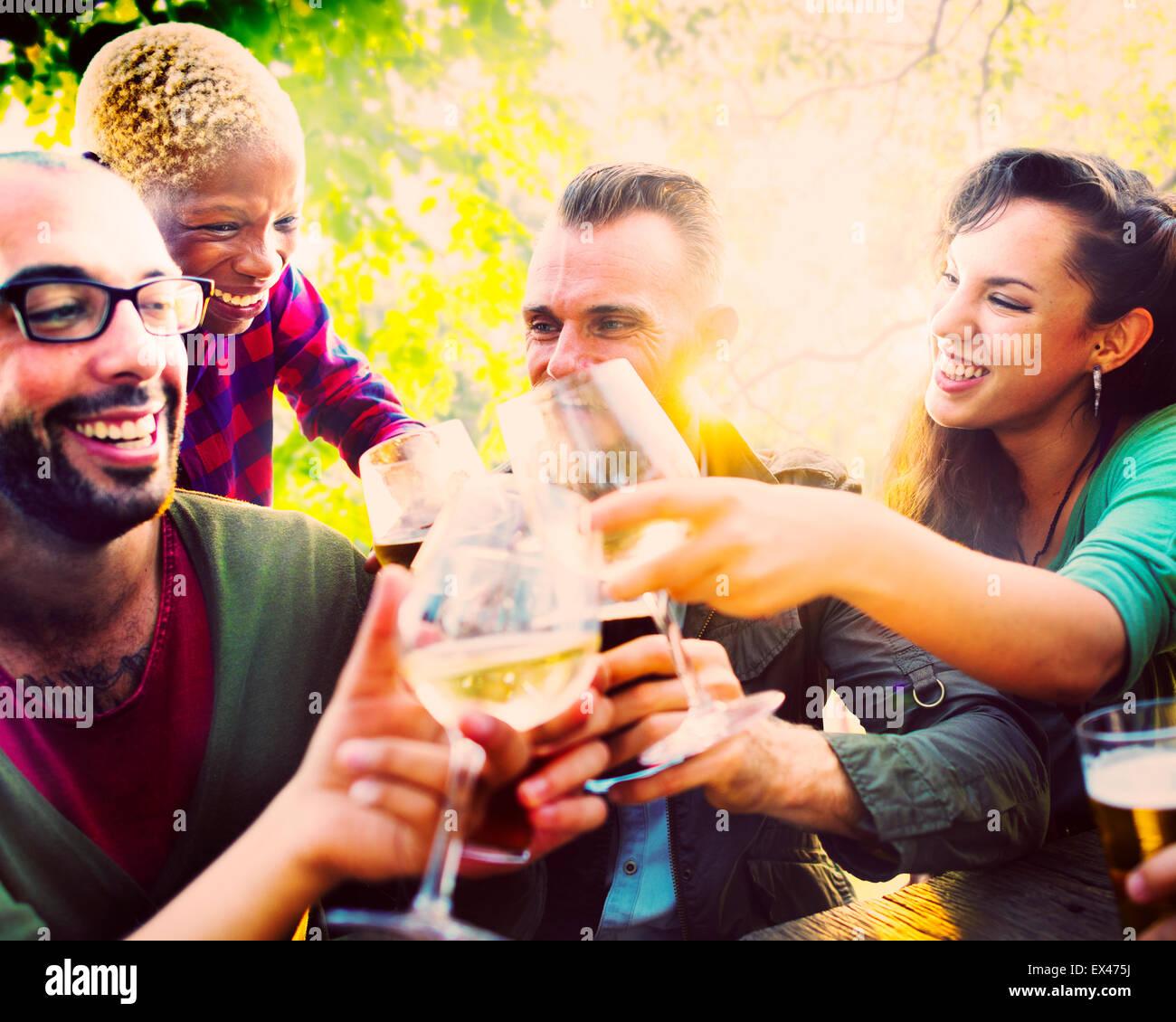 Diverse persone amici appendere fuori a bere Concept Immagini Stock