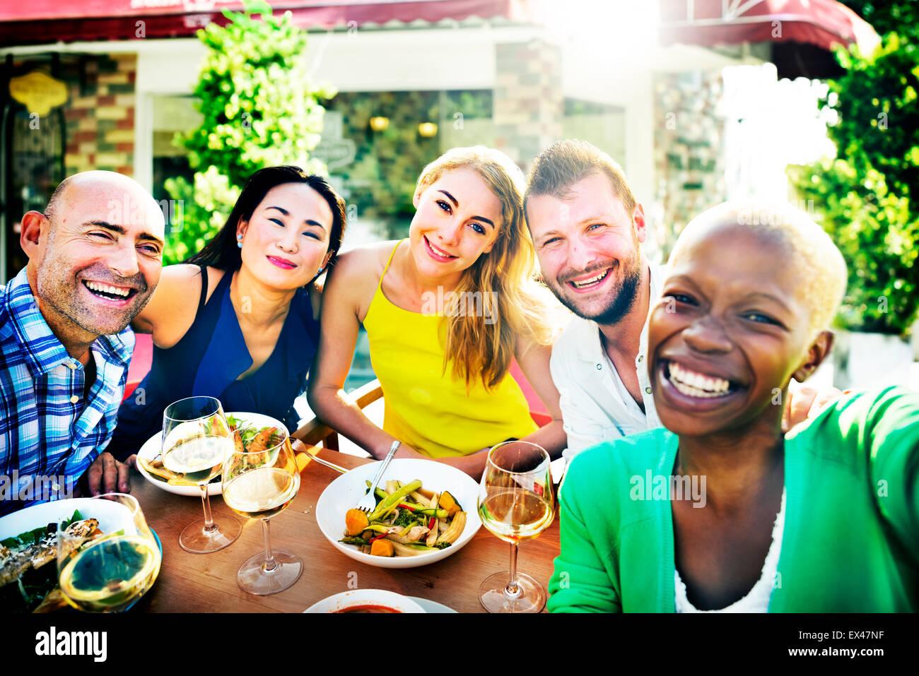 La gente parte amicizia affiatamento in concetto di felicità Immagini Stock