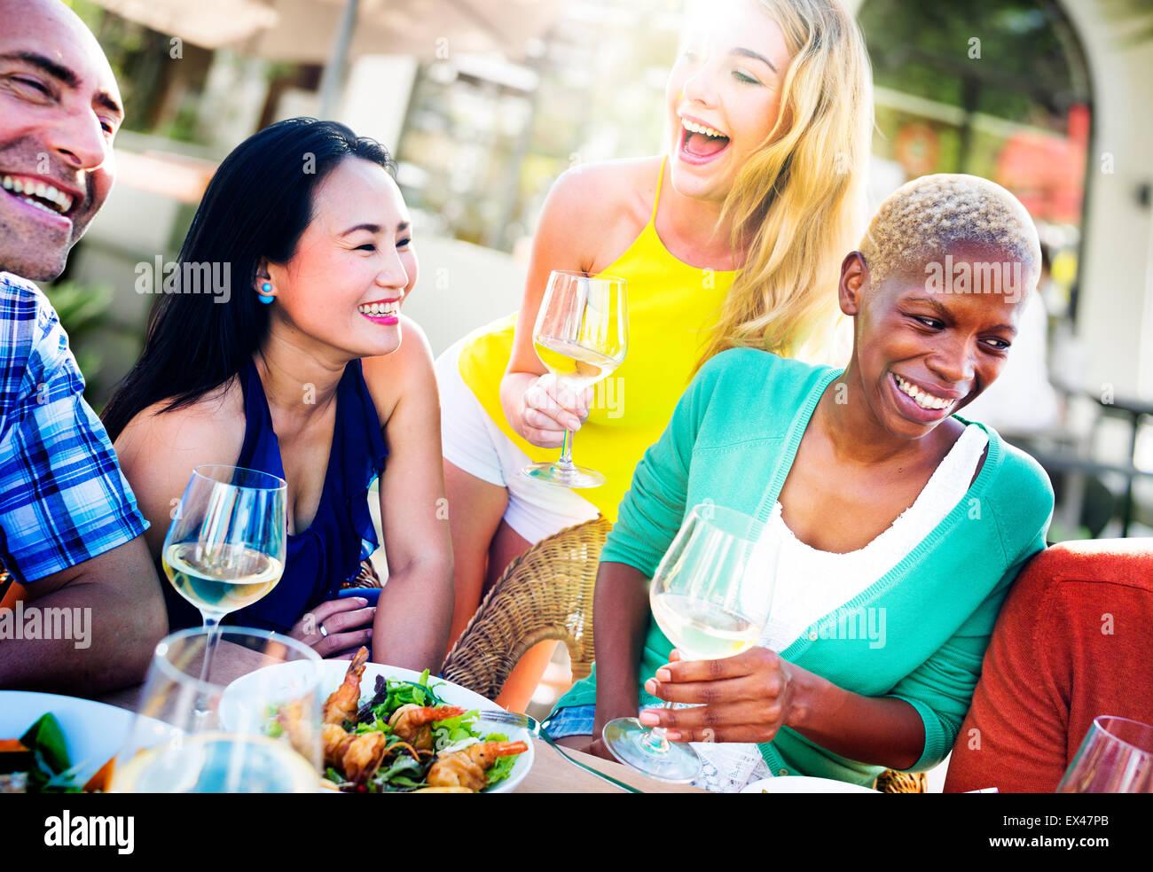 Diverse persone un pranzo all'aperto il concetto di cibo Immagini Stock