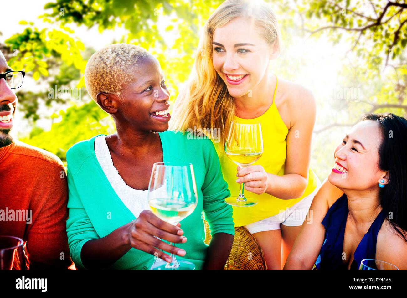 Le ragazze parlano di amicizia di refrigerazione per il tempo libero il concetto di amici Immagini Stock
