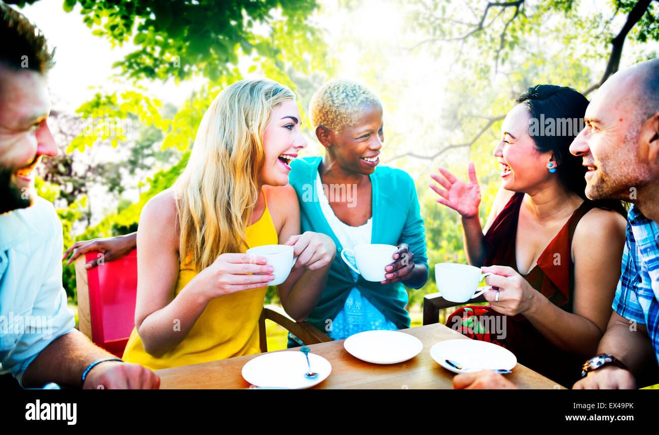 Diverse persone caffetteria all'aperto il concetto di Chat Immagini Stock