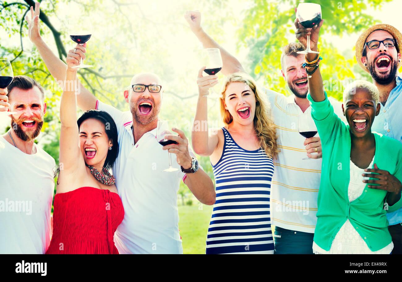 Amici amicizia celebrazione all'aperto il concetto di partito Immagini Stock