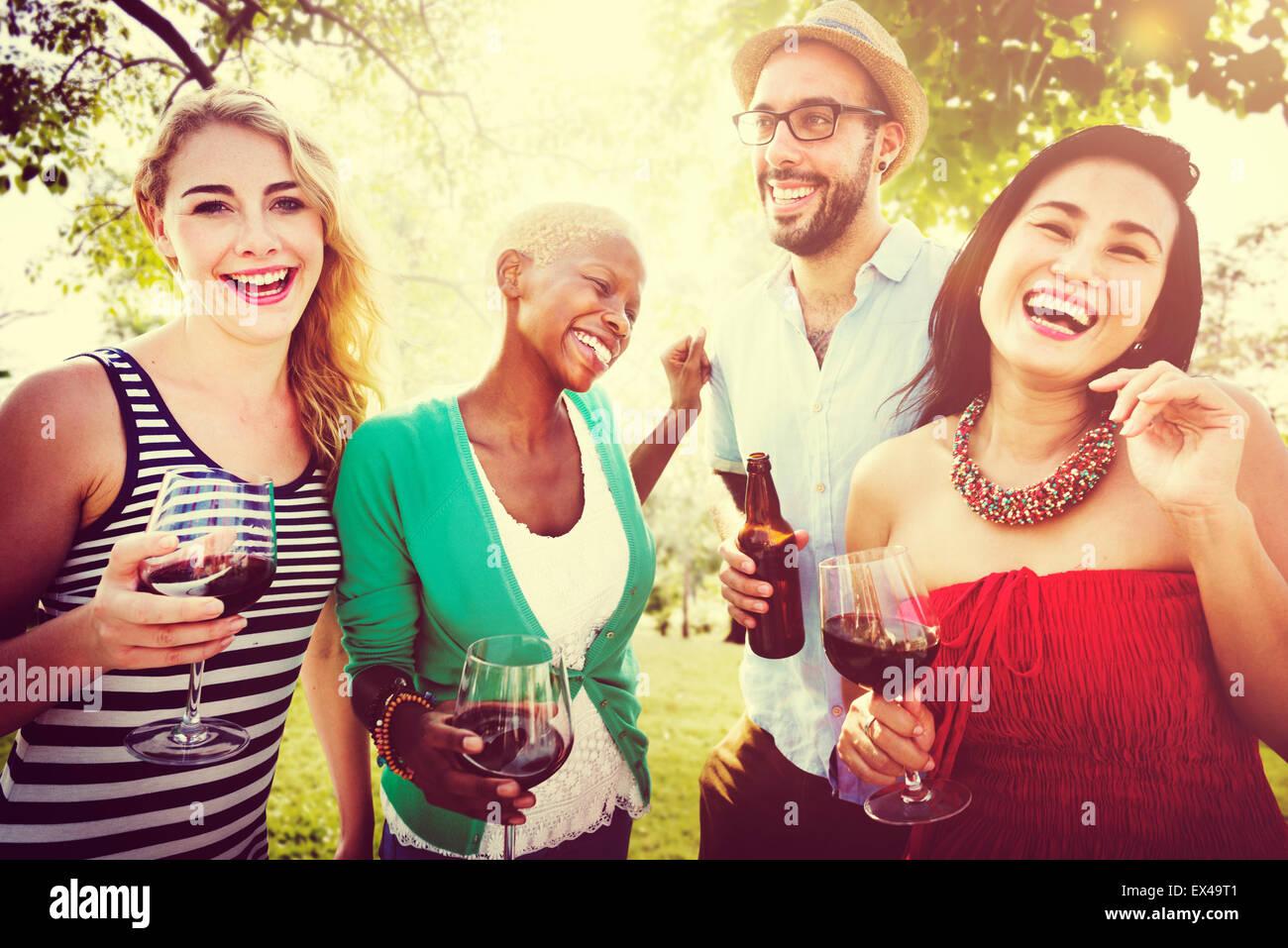 Amici di partito all'aperto celebrazione appendere fuori Concept Immagini Stock