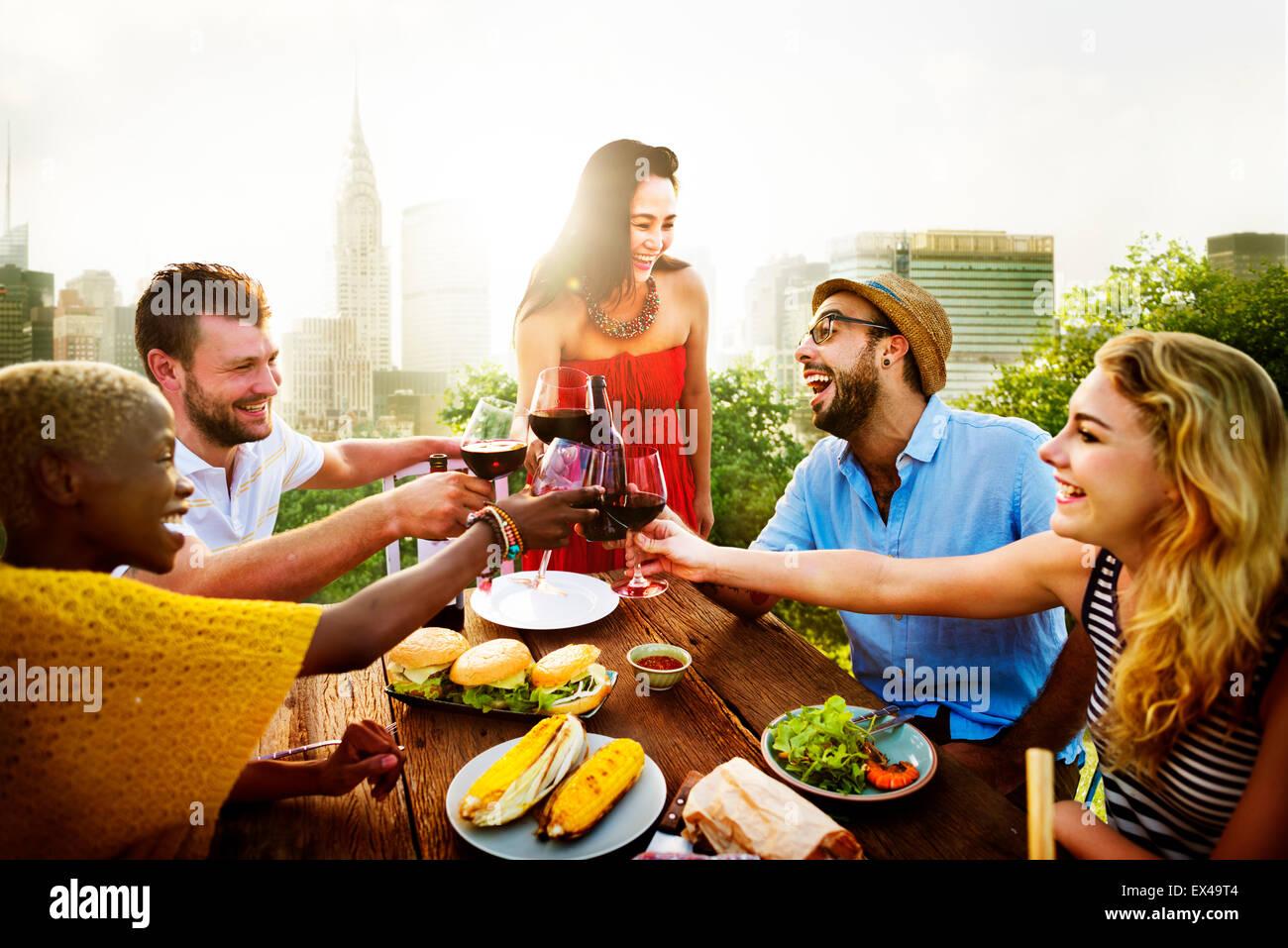 Celebrazione amicizia sul tetto il concetto di partito Immagini Stock