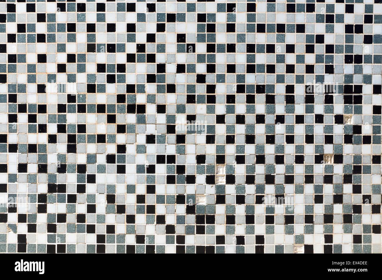 Bianco grigio e nero e piastrelle a mosaico in un bagno foto