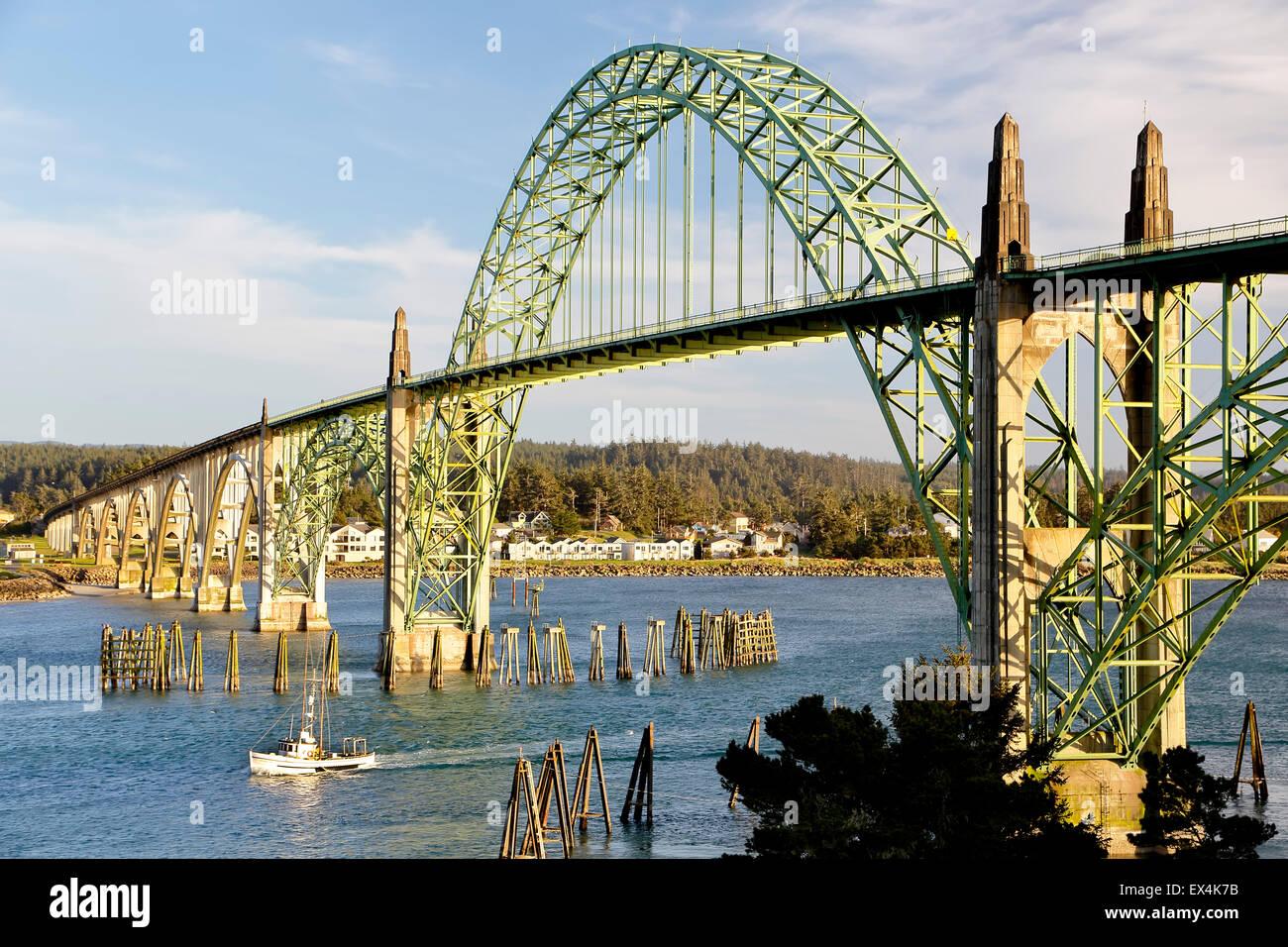 Yaquina bay bridge e barche da pesca, newport, Oregon, Stati Uniti d'America Immagini Stock
