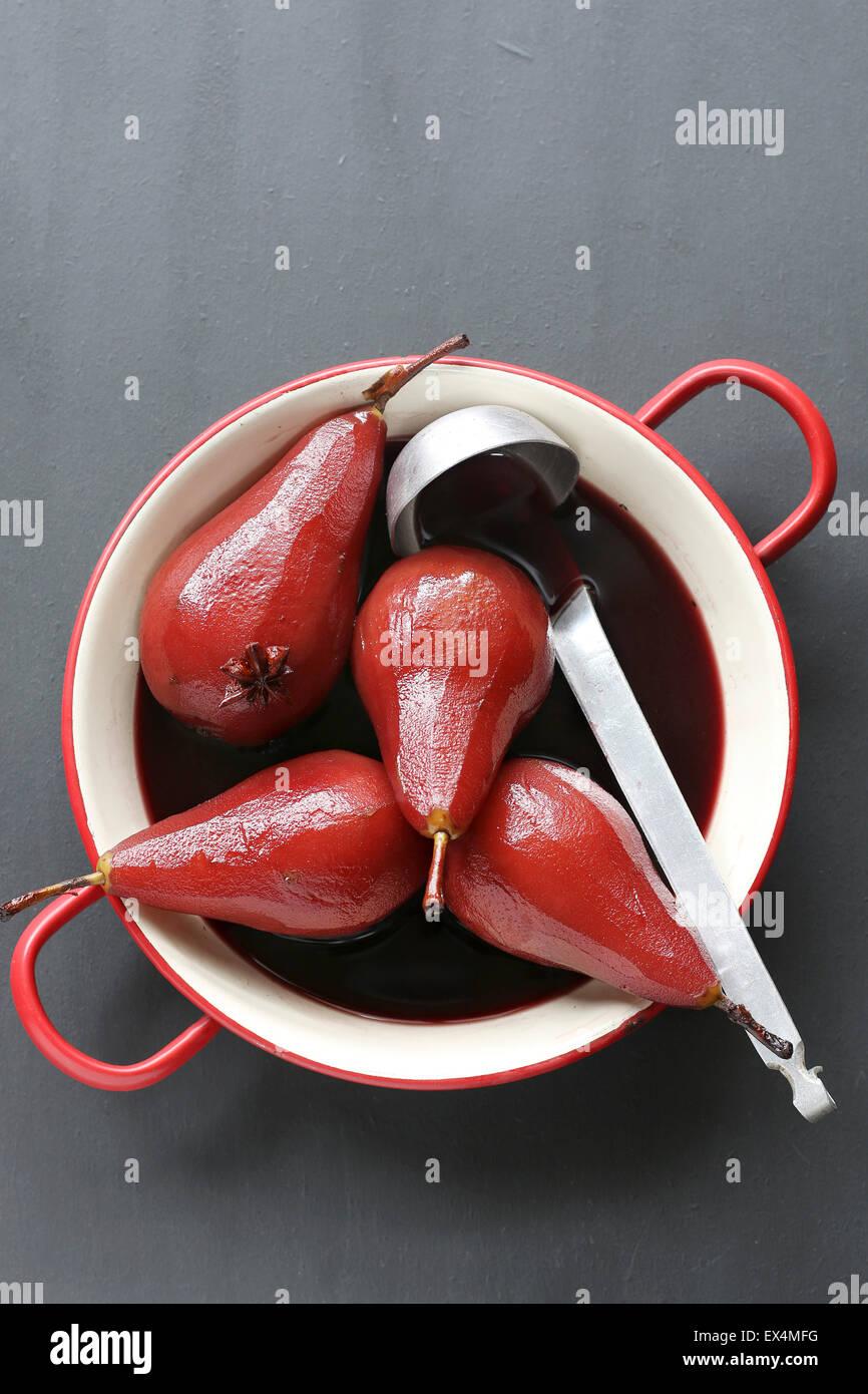 Pera affogata nel vino rosso Immagini Stock
