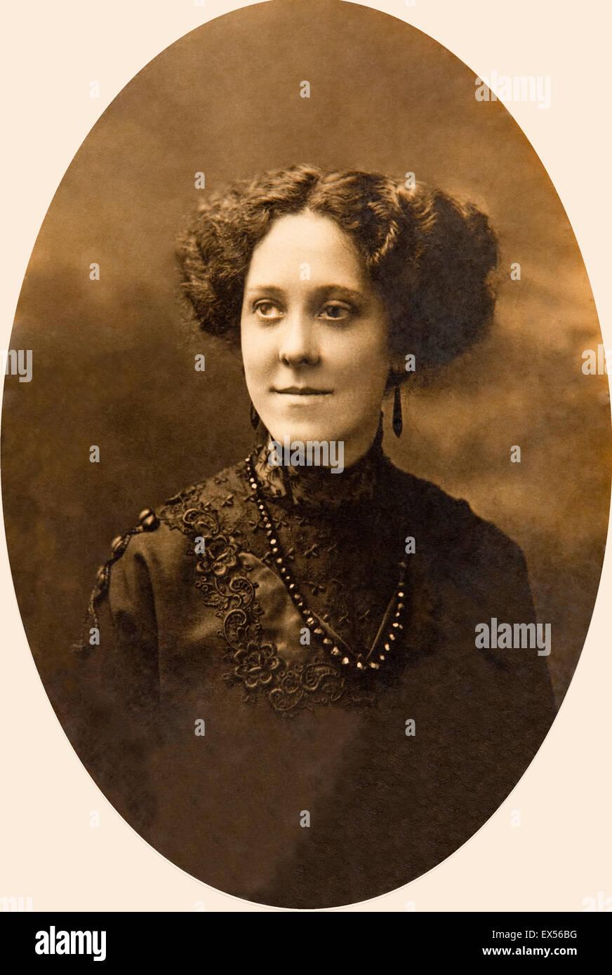 Late Victorian ritratto di donna elegante in nero ricamato abito e collana a getto, con prominenti jawline Immagini Stock