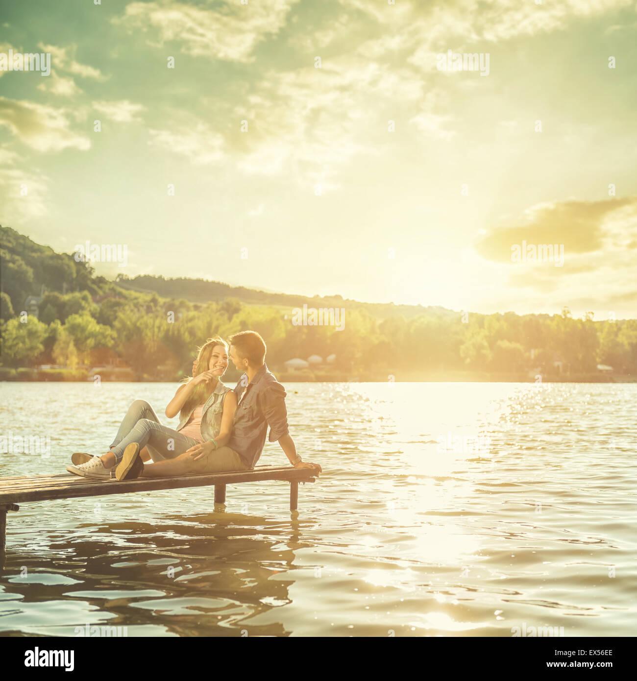 Matura in amore seduti sul molo Immagini Stock