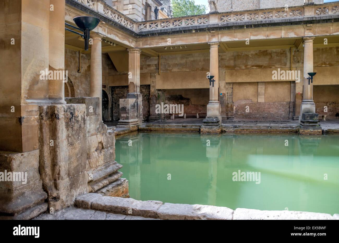 La grande vasca da bagno di Bagni Romani complessa, un sito di interesse storico nella città inglese di Bath, Somerset, Foto Stock