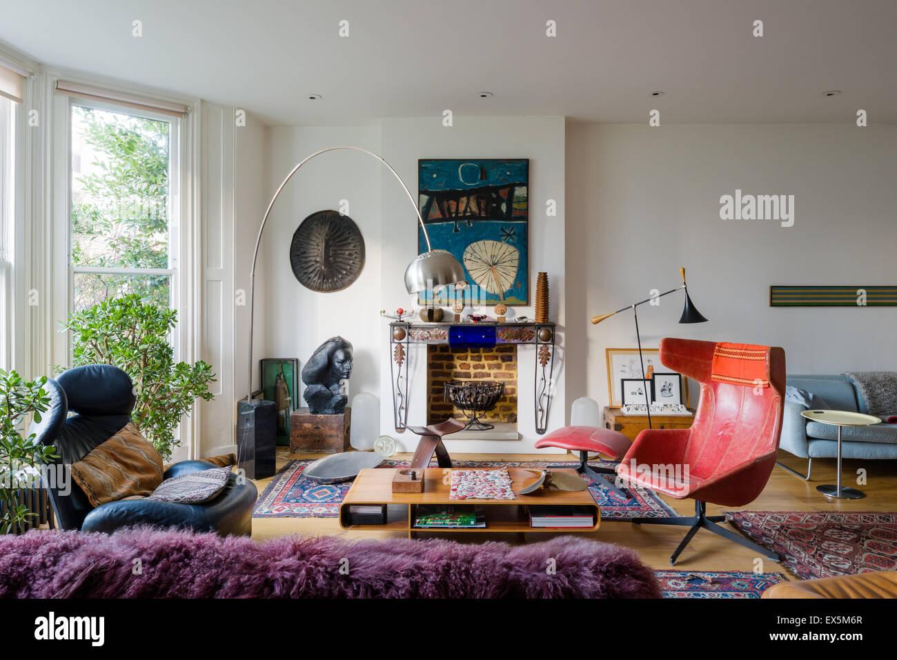 Luminosa sala da disegno riempito con mobili in stile eclettico. La lampada ad arco è da Archille Castiglione, Immagini Stock