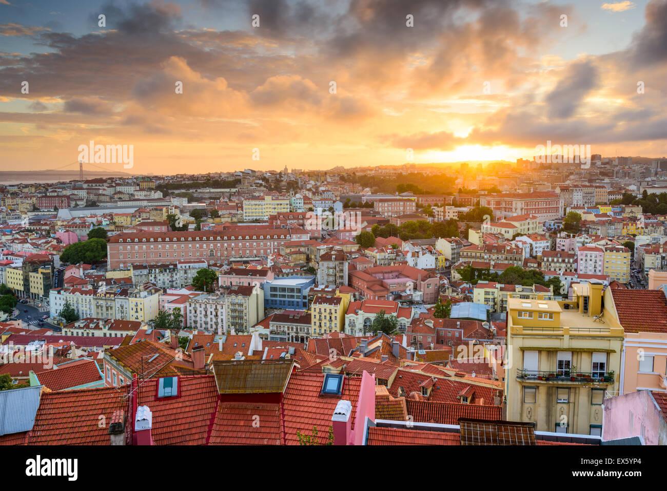 Lisbona, Portogallo città vecchia skyline al tramonto. Foto Stock