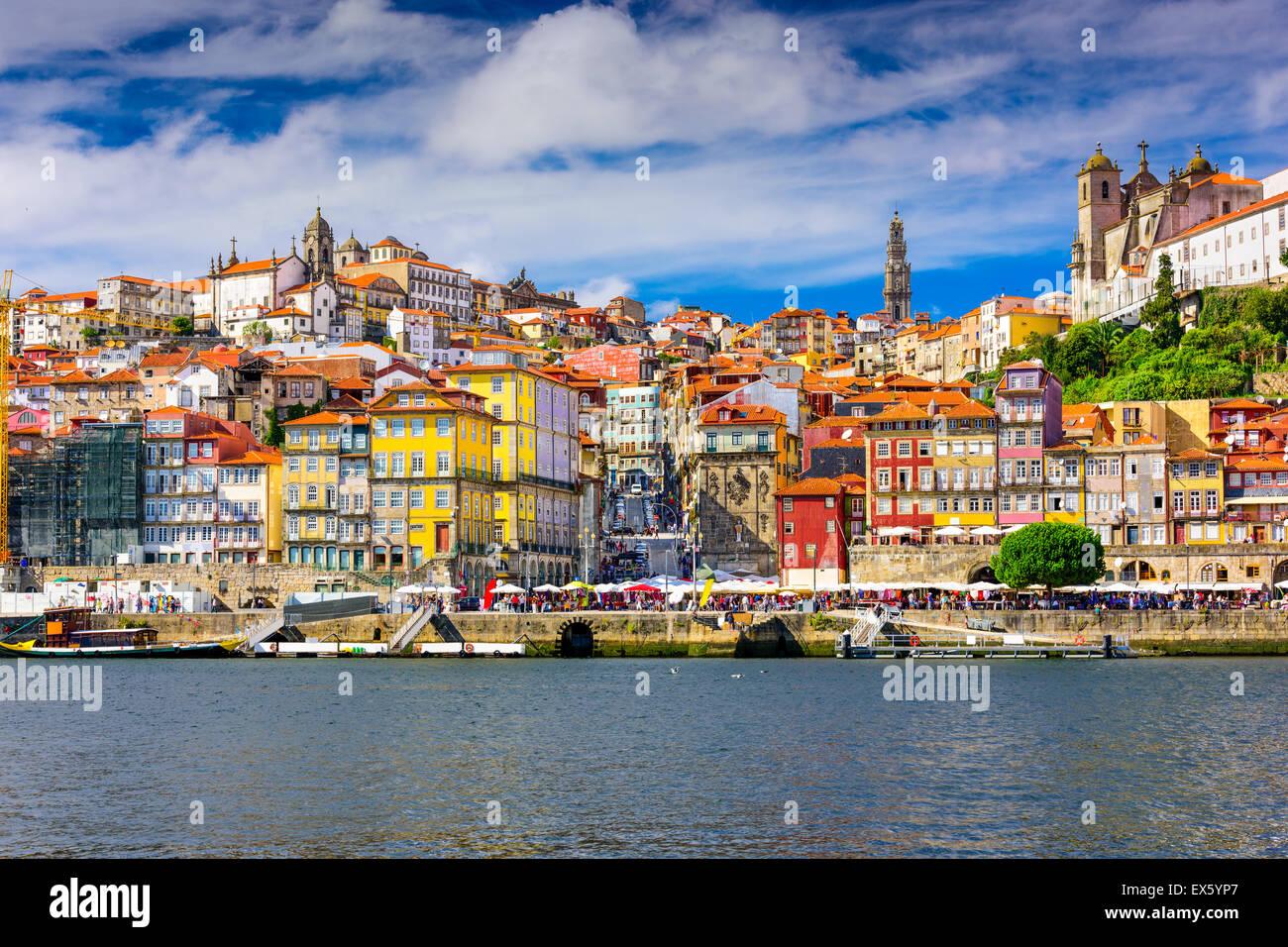 Porto, Portogallo città vecchia skyline di tutto il fiume Douro. Immagini Stock