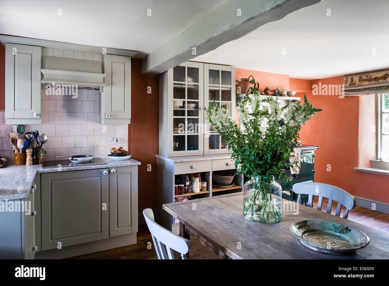 Cucina di paese con soffitto con travi a vista azienda francese