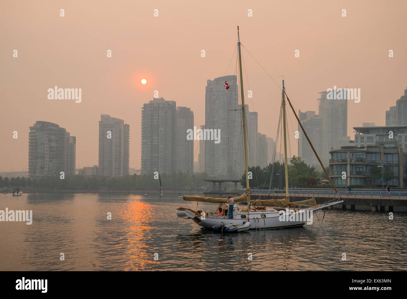 Registrare ad alto livello di inquinamento. Smoky tramonto a causa di incendi boschivi, False Creek, Vancouver, Immagini Stock