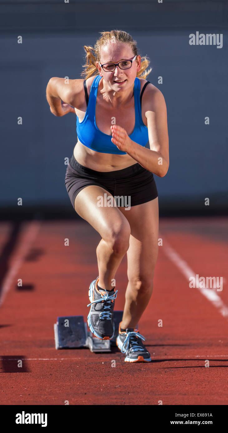 Giovane donna, 18 anni, sprint start Immagini Stock
