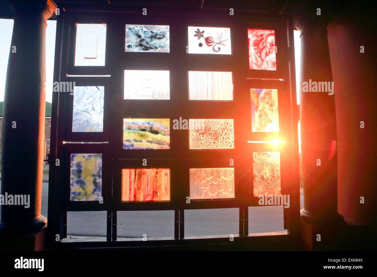 Ambient la luce del tramonto che passa attraverso la macchia finestre in vetro Immagini Stock