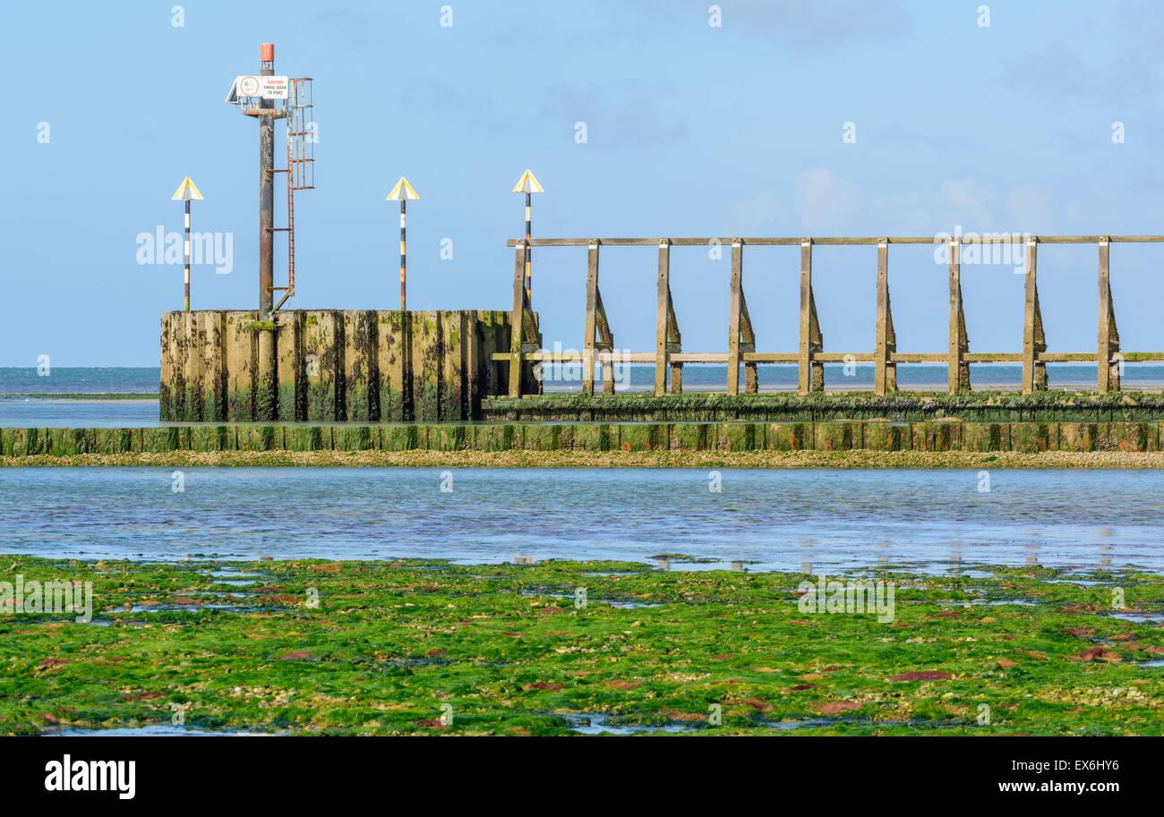 Ingresso al fiume Arun estuario che mostra luci di navigazione. Immagini Stock